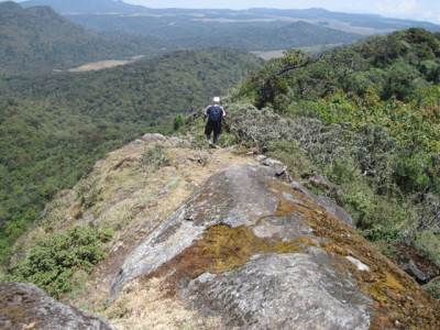 Trail to the summit and the precipice on the two sides