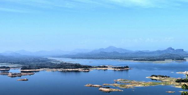 the largest reservoir in Sri Lanka