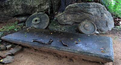 note the huge asanagaraya and chatra stones at diviyagala