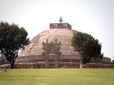 Sanchi stupa. Note the hollow hathares kotuwa and three chathra stones. This is how Yatala stupa had looked like, originally.