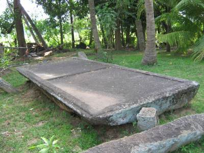 One of the largest stone altars found in Sri Lanka. Made up of a single stone