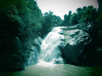 This waterfall has two parts as Maha Manella and Kuda Manella. ( කුඩා මානැල්ල)