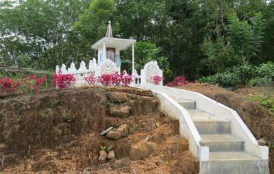 You will see this temple in the right hand side of Badurugalla estate road. Go towards the temple and getting down to the tea patch. Then you will hear the sound of water stream. There is a foot pathway as well