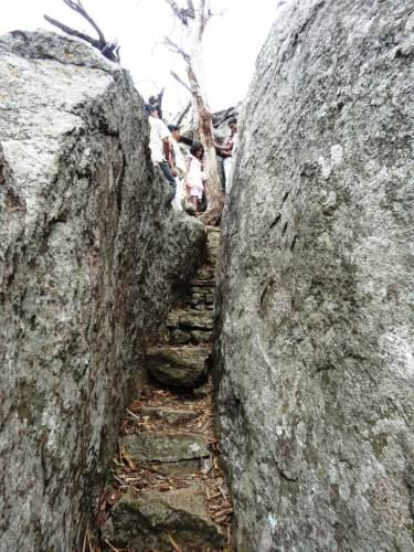 Narrow pass to reach the top - just like at Dambadeniya (does this mean this used to be a fort)