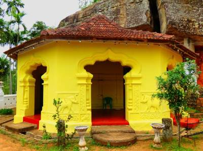 Cave temple where the statue of Henakanda Biso Bandara  (හෙණ කද බිසෝ බණ්ඩාර) was placed. After destroying that statue only a drawing can be seen. Unfortunately nobody was at this temple when we visited.