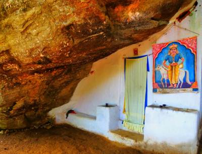 The cave where Hena Kanda Biso Bandara Dewalaya (හෙණ කද බිසෝ බණ්ඩාර දේවාලය)  is situated. She was the queen of King Wikramabahu III (තෙවනි වික්රමබාහු රජතුමා) during Gampola period. People believe this temple was built by Hena Kanda Biso Bandara Dewi (හෙණ කද බිසෝ බණ්ඩාර දේවිය).