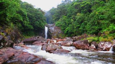 Warnagala waterfall. It was quite difficult to reach.  Origin is Kuru river (කුරු ගග).