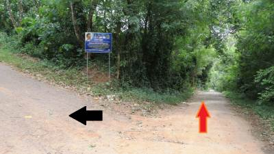 Junction where you have to get the turn. Black arrow to the base of the mountain. Red arrow towards the village