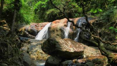 You can get down from left hand side from Na-Ela to reach this waterfall. Can have a nice bath there