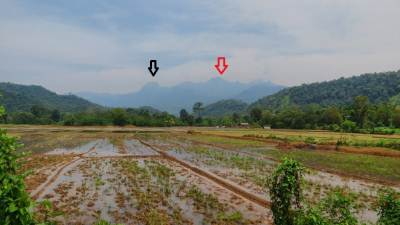 View of eastern border of Knuckles at Uduwelwala (උඩුවෙල්වෙල). Black arrow shows Yahangala (යහන්ගල) and red arrow shows Kehelpothdoruwegala