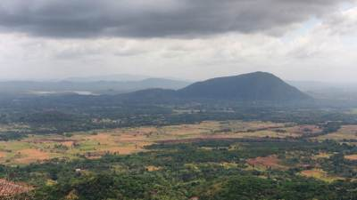 View from first view point. Belyakanda(බේලියකන්ද) is seen. (613m)