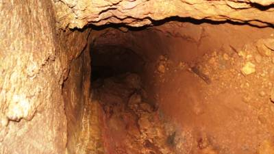 Narrow left branch. Note clear walls, roof and floor of the underground cave