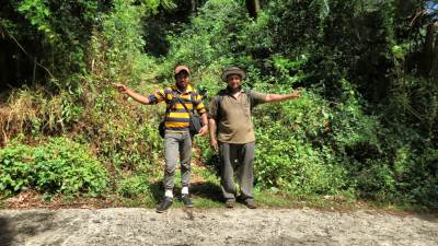 Directions. Hari (right) shows the direction to Meemure. Nirosh shows direction to Hunnasgiriya. Foot pathway to Alugal Lena is behind them. Few meters after this point towards Meemure, there was a tea shop. We had a plane tea with Kithul jaggery before our next stretch