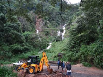 The road before the Padiyapelella Town, Mandaram Nuwara Road is above at the base of the falls