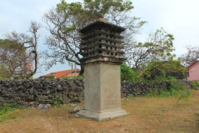 Pigeon holes. Dutch people had used this to house pigeons who take messages to Jaffna. Message was tied to a leg of the pigeon and it had been trained to deliver the message and return to the same hole.
