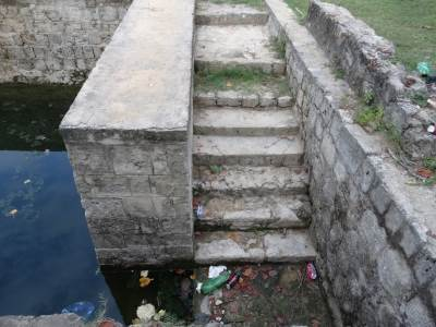Look at the garbage, the steps to the pond