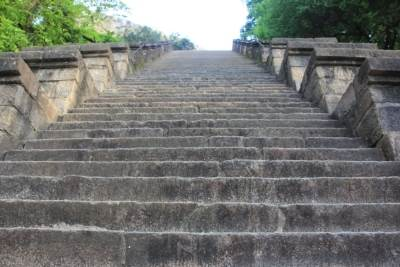 Angle is 70 degrees and stairs are narrow. In case of an attack, it is not easy for enemies to advance along this stairway. In addition, two people stationed at the top of the stairway would be sufficient to prevent enemies from proceeding towards Dalada Maligawa.