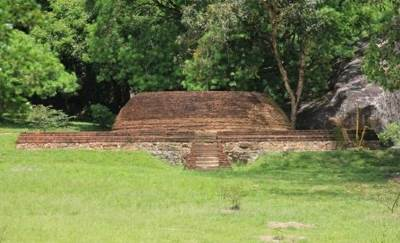 Bangalapitiya stupa – towards right by the road about 200m before main gate (If travelling towards Yapahuwa)