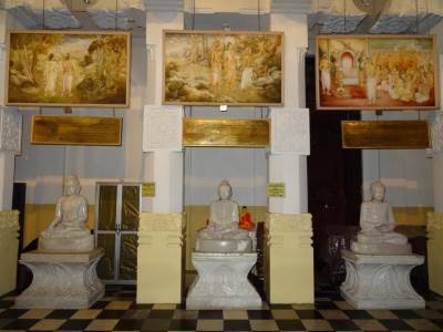 There were paintings too above the statues depicting special occasions of the Buddha's life