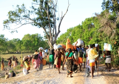 Devotees at Kumana entrance packing their goods
